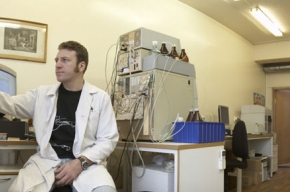 В НИИ генетики на Варшавском шоссе разводят микробов, красят рыбу и плетут паутину