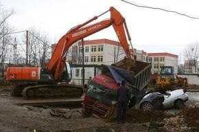 В Бутово под грунт провалились автомобили