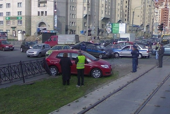 На углу Яхтенной и Савушкина попала в ДТП милицейская машина: Фото