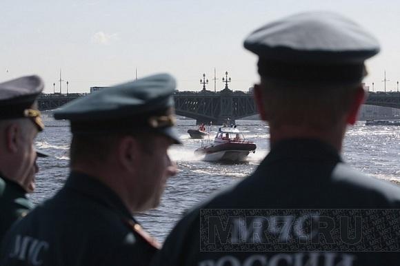 На Неве прошел смотр катеров МЧС: Фото