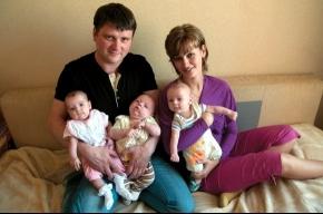 Родителям тройни подарили плед вместо квартиры