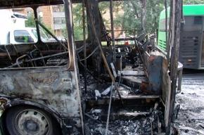 Во дворе на проспекте Луначарского «поселился» сгоревший автобус