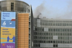 В здании Еврокомиссии полыхает пламя