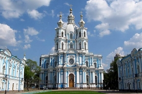 В Петербурге ночью искали бомбы в Смольном соборе и ночном клубе