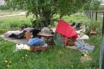 Фоторепортаж: «Футбольное поле на улице Демьяна Бедного оккупировали бомжи»