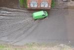 Фоторепортаж: «У дома №2 на проспекте Непокоренных лужа превратилась в озеро»
