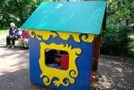В домике на детской площадке поселился бомж: Фоторепортаж