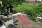 Футбольное поле на улице Демьяна Бедного оккупировали бомжи: Фоторепортаж