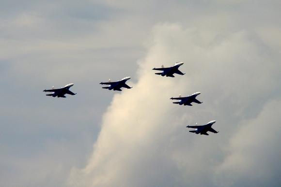 Над Васильевским островом пролетели истребители: Фото