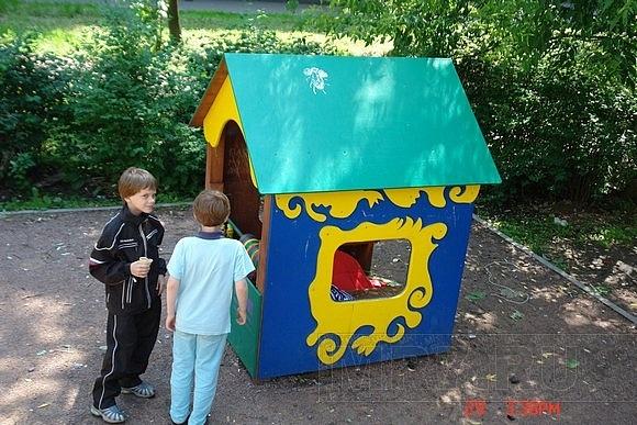 В домике на детской площадке поселился бомж: Фото