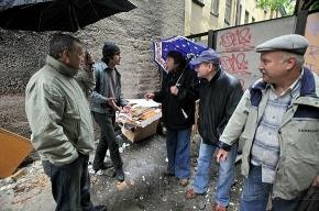 Отчаявшись бороться с мусорными баками, соседи сами вынесли их со двора