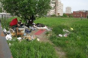 Футбольное поле на улице Демьяна Бедного оккупировали бомжи