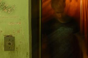 В доме на Петергофском шоссе люди застряли в задымленном лифте