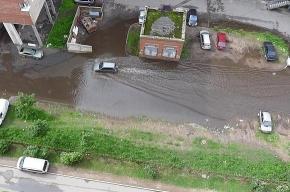 У дома №2 на проспекте Непокоренных лужа превратилась в озеро