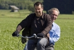 Немецкий фермер привык жить с чужими руками: Фоторепортаж