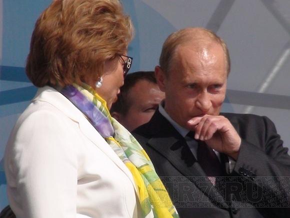 Участники регаты прорвались на сцену, на которой выступал премьер Путин: Фото