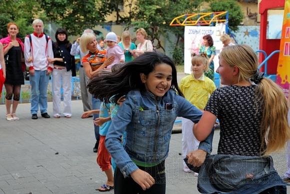 По петербургским дворам ходят «Добрые соседи»: Фото