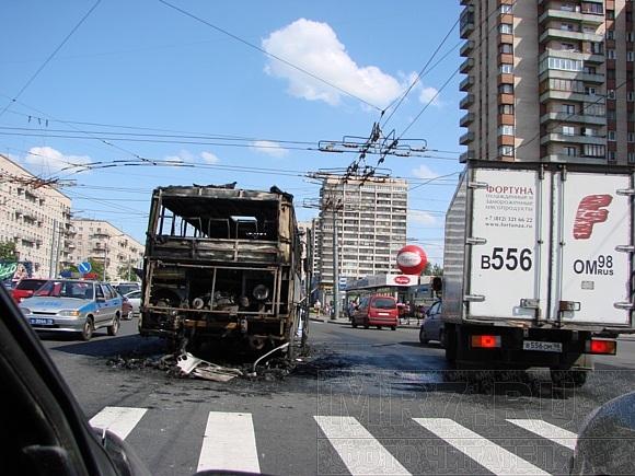 Маршрутка на Ленинском сгорела полностью: Фото