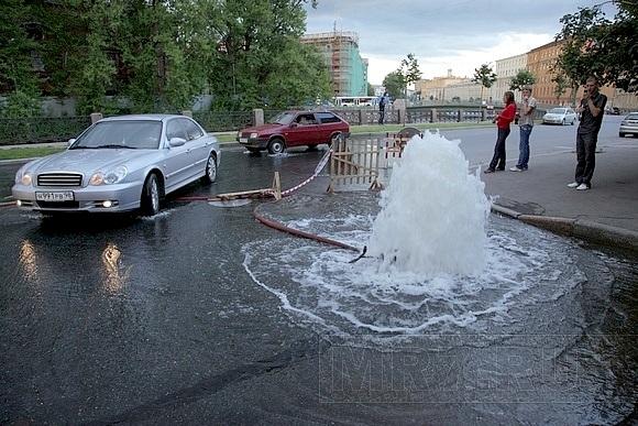 Вчера на набережной Мойки из-под земли бил фонтан: Фото