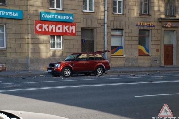 Кусок фасада на Новгородской улице упал на автомобиль: Фото