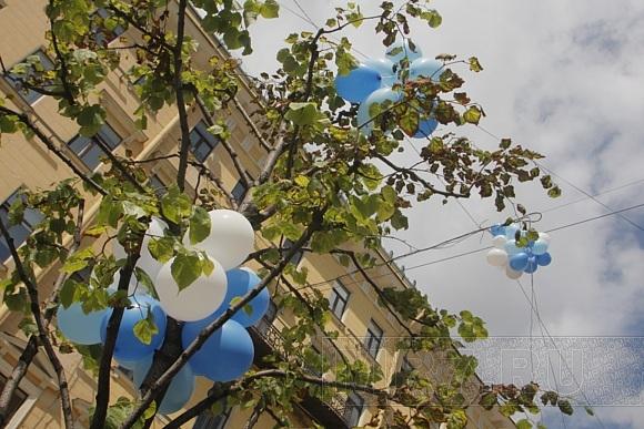 На Малой Конюшенной сегодня выпускали в небо воздушные шары: Фото