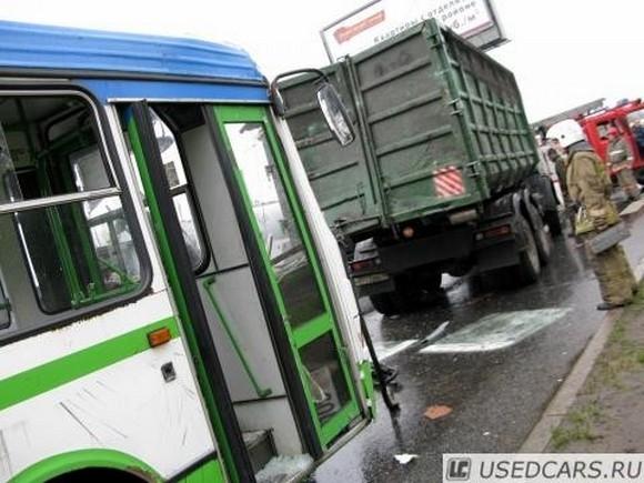 На Выборгском шоссе автобус въехал в мусоровоз: Фото