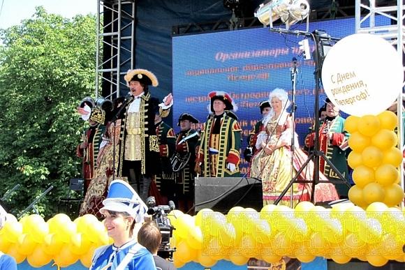 На Дне Петергофа было красиво и весело: Фото