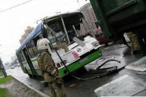 На Выборгском шоссе автобус въехал в мусоровоз