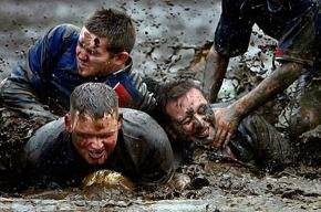 Петербургские продавцы шин отправились в Финляндию играть в болотный футбол