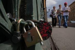 У Поцелуева моста появилась решетка для замочков