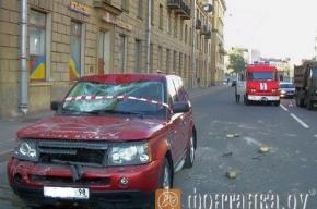 Кусок фасада на Новгородской улице упал на автомобиль