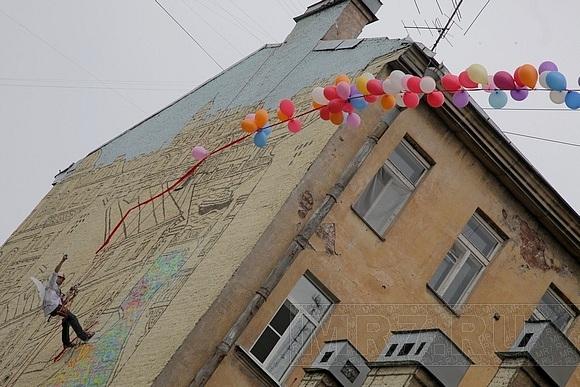 На улице Ленина граффитисты открыли красивую стену: Фото