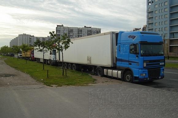 Стихийные парковки фур стали массовым явлением во Фрунзенском районе: Фото
