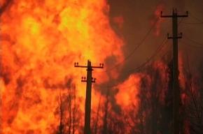 Удар молнии снова пришелся в нефтехранилище и вызвал крупный пожар