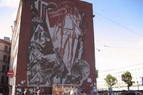 Пролетарий с флагом шагает по стене