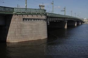В центре Петербурга загрязнили Неву