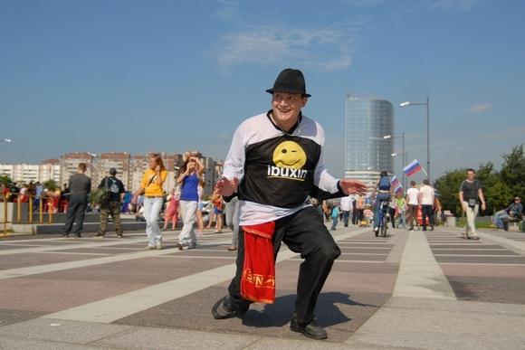 «Серьезный» папа танцует брейк: Фото