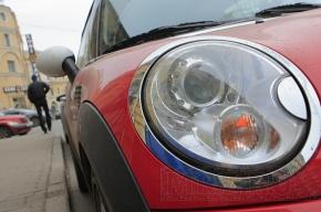 Продажи легковых автомобилей упали вдвое