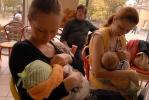 26 петербурженок кормили грудью по команде: Фоторепортаж