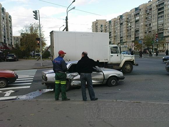 Фото с ДТП на углу Индустриального и Энтузиастов: Фото