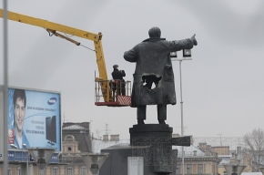 Ленина демонтировали. Площадь опустела.