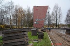 Молодожены фотографируются в Пушкине на фоне плит, тракторов и рабочих