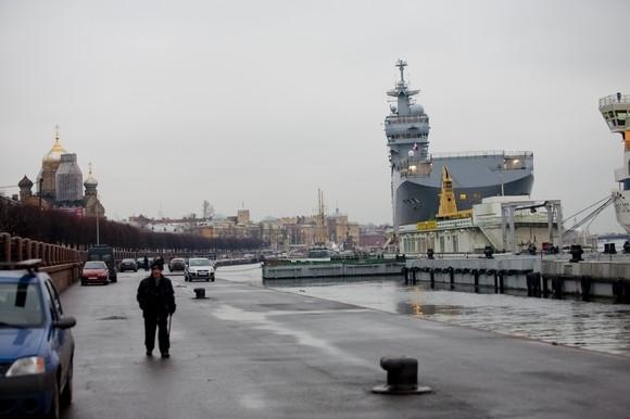 Французский вертолетоносец прибыл в Петербург: Фото