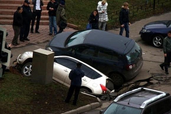 В Москве два джипа провалились под землю: Фото
