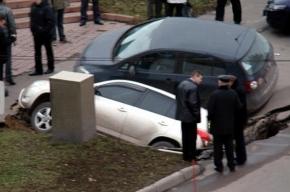 В Москве два джипа провалились под землю