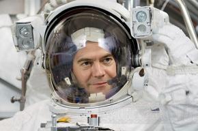 «Наши» отправили Медведева в космос
