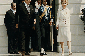 Перчатку Майкла Джесона продали за треть миллиона