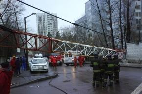 В Москве кран упал на улицу