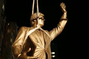 Билл Клинтон открыл в столице Косово памятник самому себе