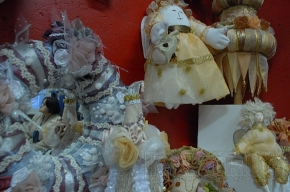 Дед Мороз и его коллеги собрались в музее кукол